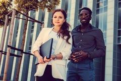 Couples internationaux dans une ville Image libre de droits