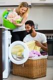 Couples interraciaux faisant la blanchisserie à la maison Photo libre de droits