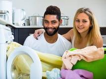 Couples interraciaux faisant la blanchisserie à la maison Photos stock