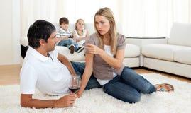Couples intimes parlant avec des glaces de vin Photos libres de droits