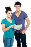 Couples intuitifs de technologie parcourant Photo stock