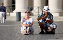 Couples irrésolus de touristes regardant un guide Photos stock