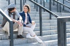 Couples jeunes gais passant le temps dehors Photos stock