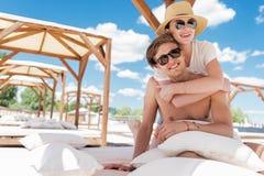 Couples jeunes heureux appréciant leur repos sur la plage Images libres de droits