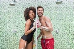Couples jeunes heureux dans l'amour flirtant tout en prenant la douche Images stock