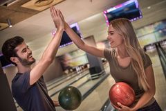 Couples jouant au bowling Photographie stock