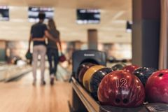 Couples jouant au bowling Photo libre de droits