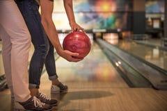 Couples jouant au bowling Photographie stock libre de droits
