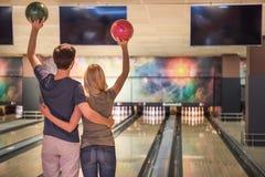 Couples jouant au bowling Images libres de droits