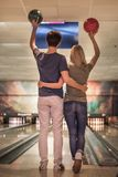 Couples jouant au bowling Image stock