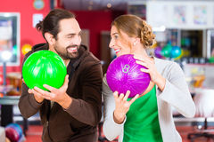 Couples jouant au bowling Photos stock