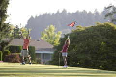 Couples jouant au golf - horizontal Images stock