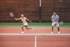 couples jouant au tennis images stock