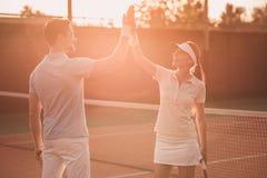 couples jouant au tennis images libres de droits