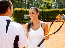 Couples jouant au tennis Images libres de droits