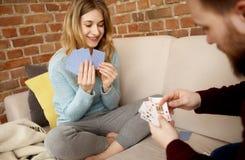 Couples jouant avec des cartes Photographie stock