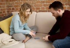 Couples jouant avec des cartes Photographie stock libre de droits