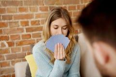Couples jouant avec des cartes Photos libres de droits