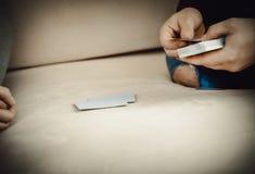 Couples jouant avec des cartes Images libres de droits