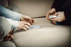Couples jouant avec des cartes Image stock