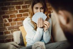 Couples jouant avec des cartes Photo stock