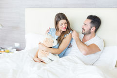 Couples jouant avec le jouet de peluche Images stock