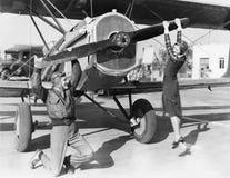Couples jouant avec le propulseur sur l'avion (toutes les personnes représentées ne sont pas plus long vivantes et aucun domaine  photographie stock libre de droits