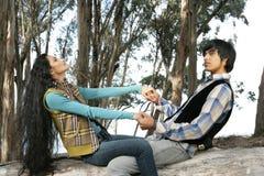 Couples jouant dans la forêt Image libre de droits