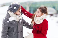 Couples jouant dans la neige Photo libre de droits