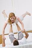 Couples jouant dans le bâti ensemble. images stock