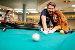 Couples jouant des billards photos stock