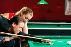 Couples jouant des billards Image libre de droits