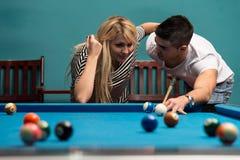 Couples jouant des billards Photographie stock