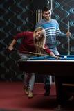 Couples jouant des billards Images libres de droits