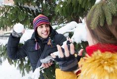 Couples jouant des boules de neige Photo stock