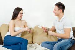 Couples jouant des cartes appréciant le jeu Photos stock