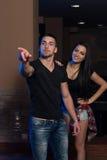 Couples jouant des dards Image libre de droits