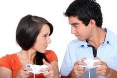 Couples jouant des jeux d'ordinateur Image stock