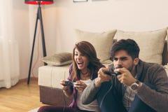 Couples jouant des jeux vidéo photo stock
