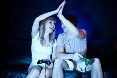 Couples jouant des jeux vidéo Images libres de droits
