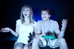 Couples jouant des jeux vidéo Photos libres de droits