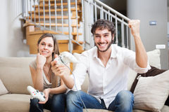 Couples jouant des jeux vidéo Photo libre de droits