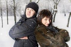 Couples jouant en stationnement de l'hiver Images libres de droits