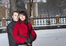 Couples jouant en stationnement de l'hiver Photographie stock libre de droits