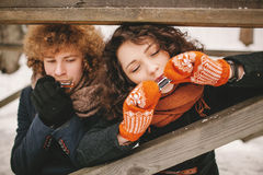 Couples jouant l'harmonica ensemble en hiver dehors Photographie stock