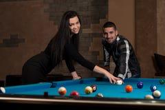 Couples jouant la piscine à la barre Photos libres de droits