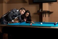 Couples jouant le billard Photographie stock libre de droits