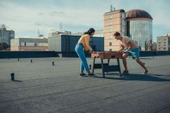 Couples jouant le football de table Photographie stock