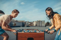 Couples jouant le football de table Photos libres de droits
