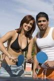 Couples jouant le ping-pong Images libres de droits